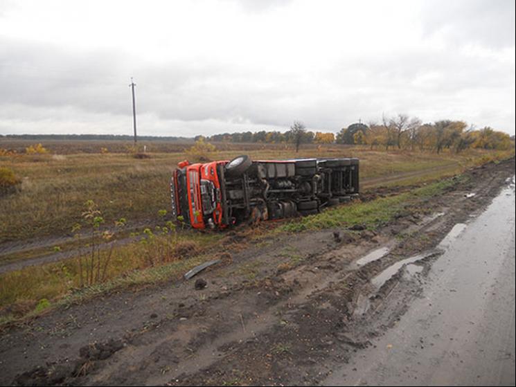 На Полтавщині ДТП: Вантажівка злетіла у кювет
