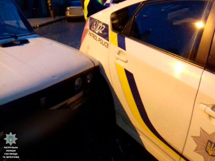 """В Ужгороді п'яний водій на авто в'їхав у поліцейський """"Пріус"""" (ФОТО)"""
