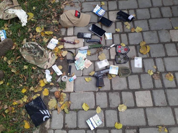 """У парку Шевченка муніципальні охоронці """"пов'язали"""" озброєних колишніх """"правосєків"""" (ФОТО, 18+)"""