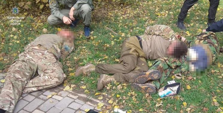 Троих вкамуфляже едва  утихомирили впарке Шевченко