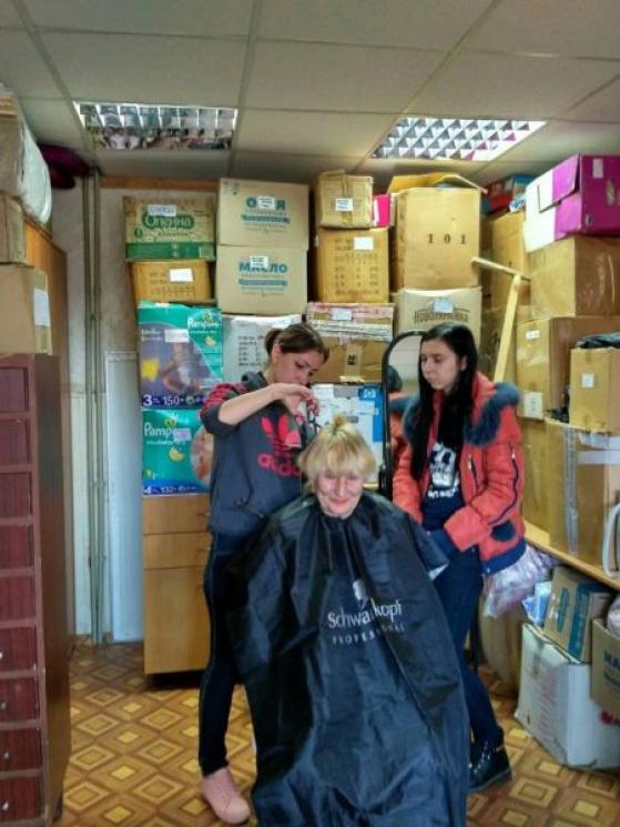 У Маріуполі відкрили безкоштовну перукарню (ФОТО)