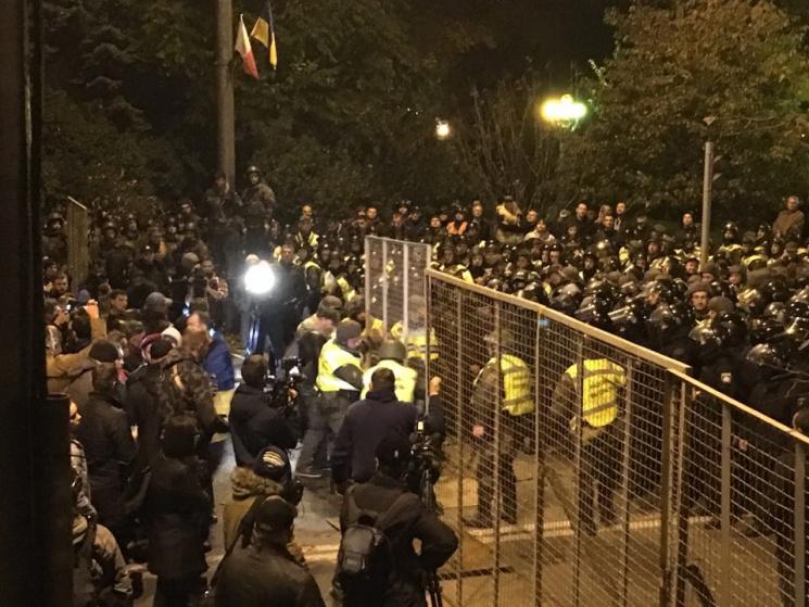Поліція відновлює повалений протестувальниками паркан (ФОТО)