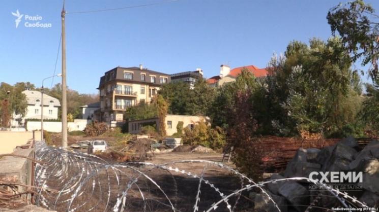УКиєві земельну ділянку Порошенка обгородили колючим дротом