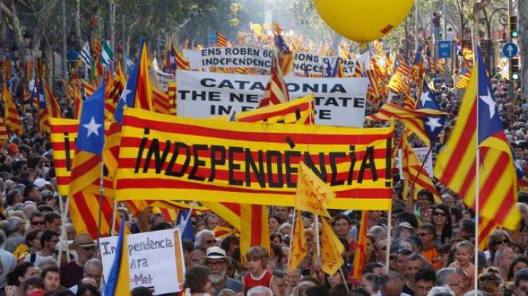 Видео дня: Агрессивные митингующие под Радой и многотысячные протесты в Каталонии
