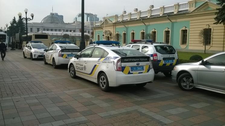 Біля Маріїнського палацу стоять півсотні поліцейських авто (ФОТО)