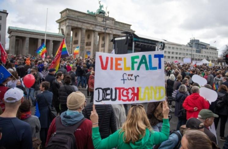 """В Берліні протестують проти депутатів """"Альтернативи для Німеччини"""" у Бундестазі (ФОТО)"""