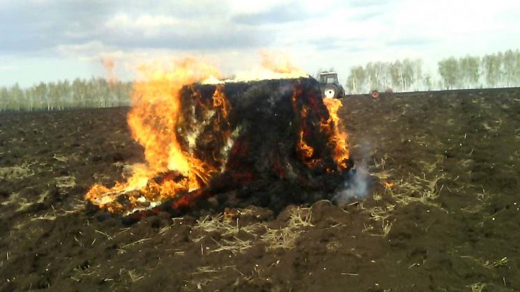 Невідомі підпалили тюки із соломою, які належали прикарпатському фермерові