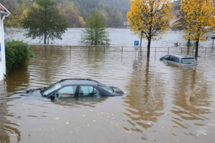 На юге Норвегии перекрывают дороги и спасаются от наводнения