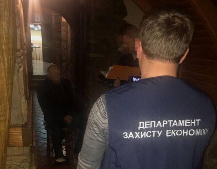 Главу відділення податкової інспекції Тернополя затримали при отриманні хабара 400 тисяч грн