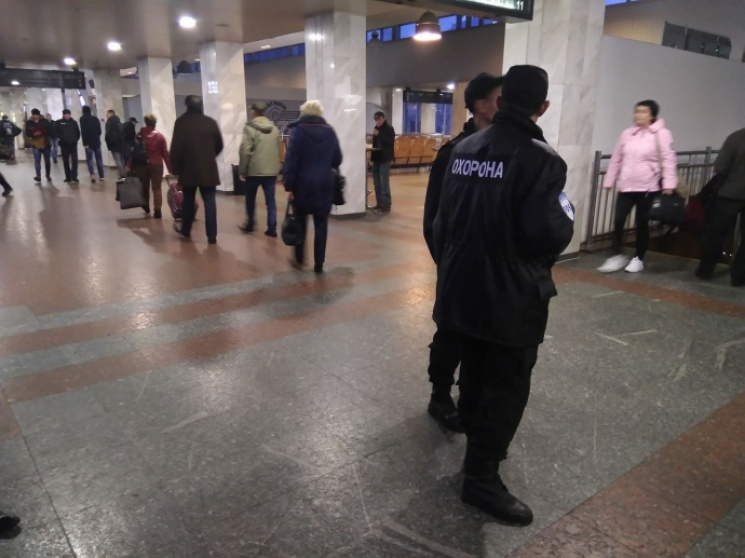 Из-за угрозы взрыва в Киеве эвакуируют центральный железнодорожный вокзал (ФОТО)
