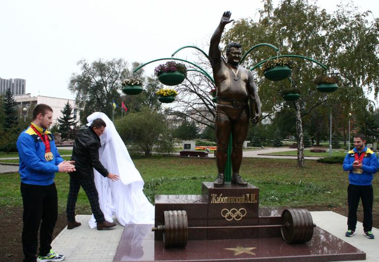 В Запорожье открыли памятник легендарному кумиру Шварценеггера (ФОТОРЕПОРТАЖ)