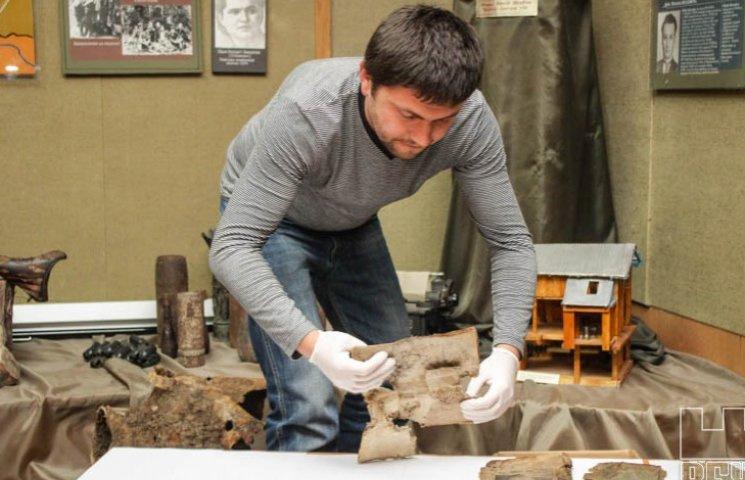 Хмельницкие архивариусы реставрируют поврежденные пожаром в Каменце документы
