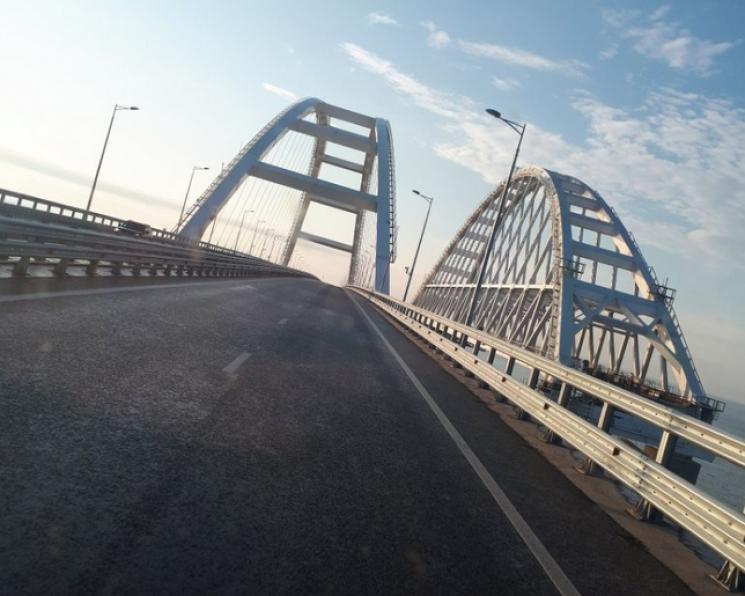 """Після показової """"черги"""" з фур у мережі показали фото порожнього Кримського моста"""
