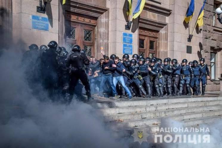 У Миколаєві спецпризначенці штурмували міськраду (ФОТО)