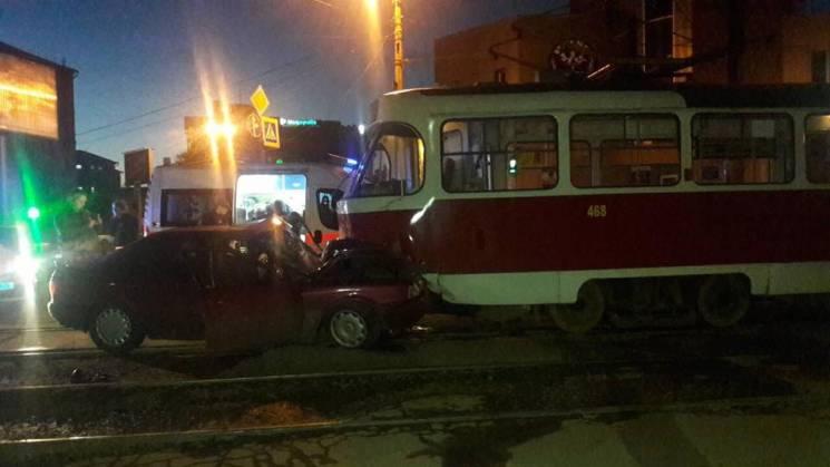 У Харкові іномарка в лобову протаранила трамвай: Постраждали три людини (ФОТО)