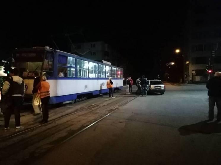 """У середмісті Запоріжжя """"Ауді"""" на """"євробляхах"""" влетіла у трамвай (ФОТО)"""