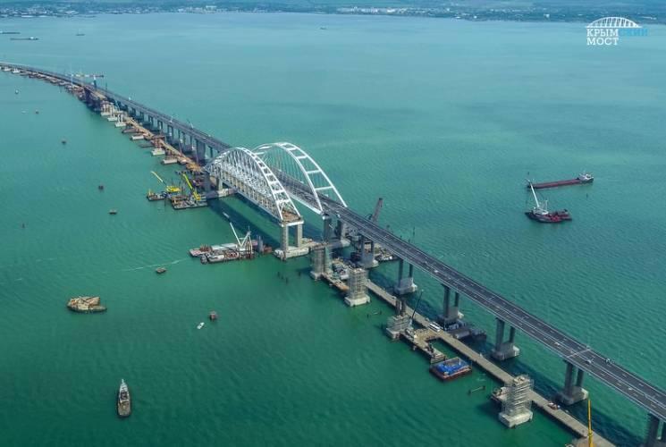 Кримський міст почав сповзати у воду (ВІДЕО)