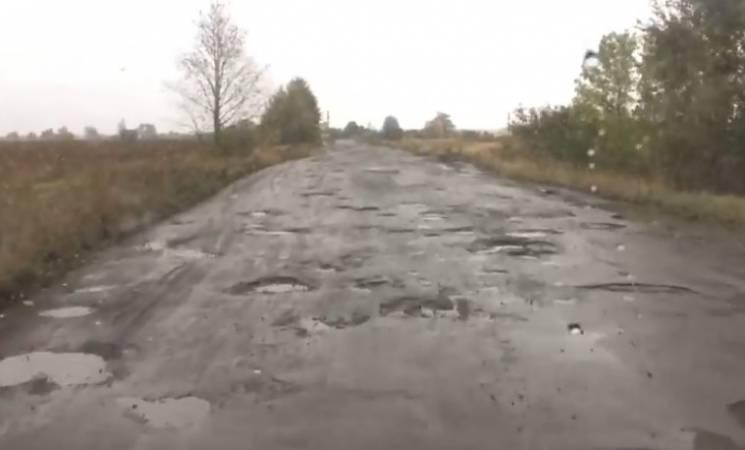 """Як дорога на Сумщині вражає """"дірками-кратерами"""" (ВІДЕО)"""
