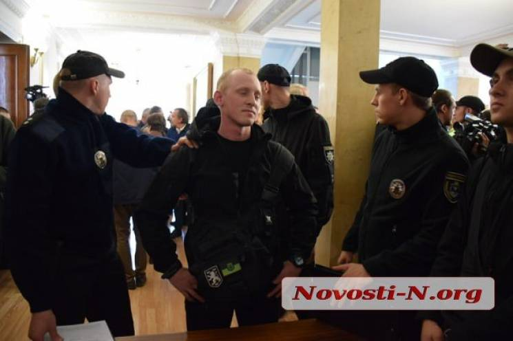 У Миколаєві під час сесії націоналісти облили депутатів фекаліями (ВІДЕО)