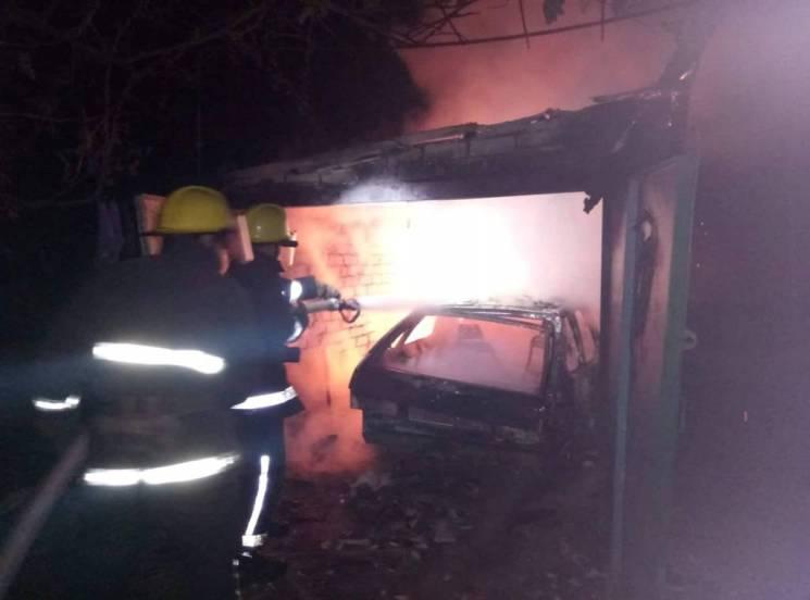 На Херсонщині в гаражі згоріла автівка з людиною (ФОТО)