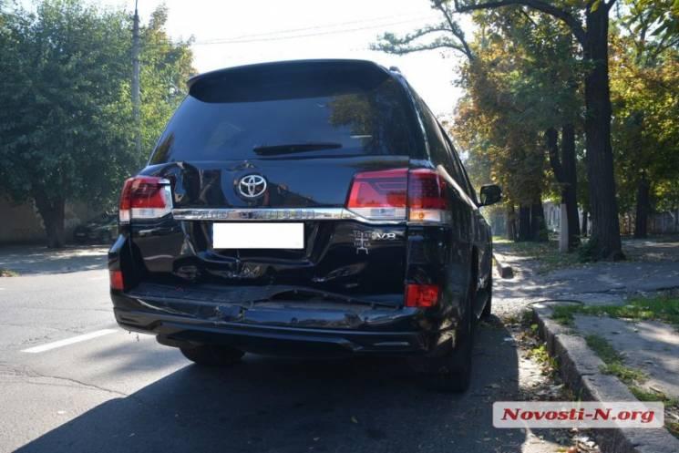 У Миколаєві чоловік напідпитку кермував сміттєвозом: Водій протаранив іномарку (ФОТО)