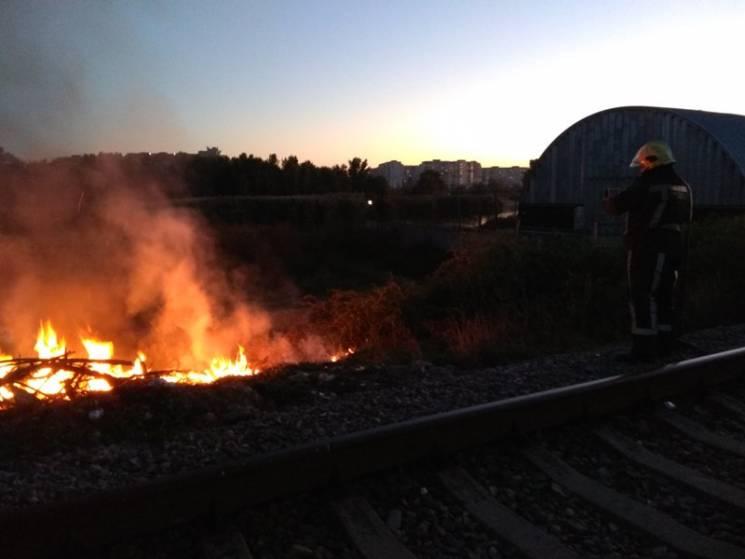 У Херсоні спалахнуло вздовж залізничних колій (ФОТО)