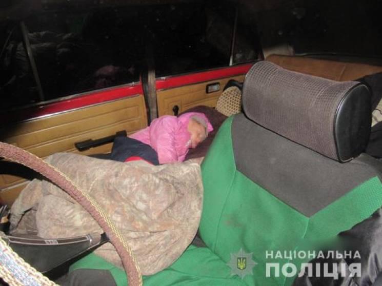 У Миколаєві сім'я із маленькою дитиною жила у легковій автівці (ФОТО)