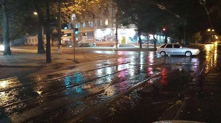 У центрі Миколаєвавулиці затопили фекальні річки (ФОТО)