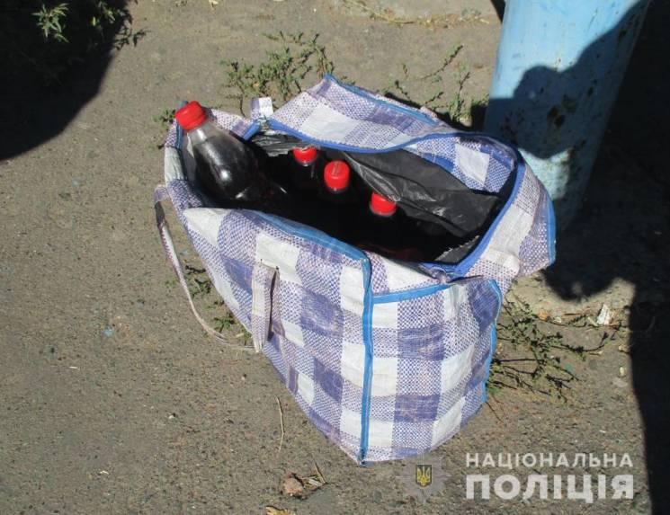 """Копи на Кропивниччині знайшли в сумці """"челнока"""" 20 пляшок з опієм (ФОТО)"""