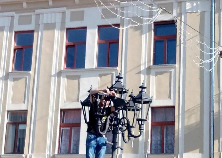 В Ужгороді на площі Петефі почали встановлювати ліхтарі (ФОТО)