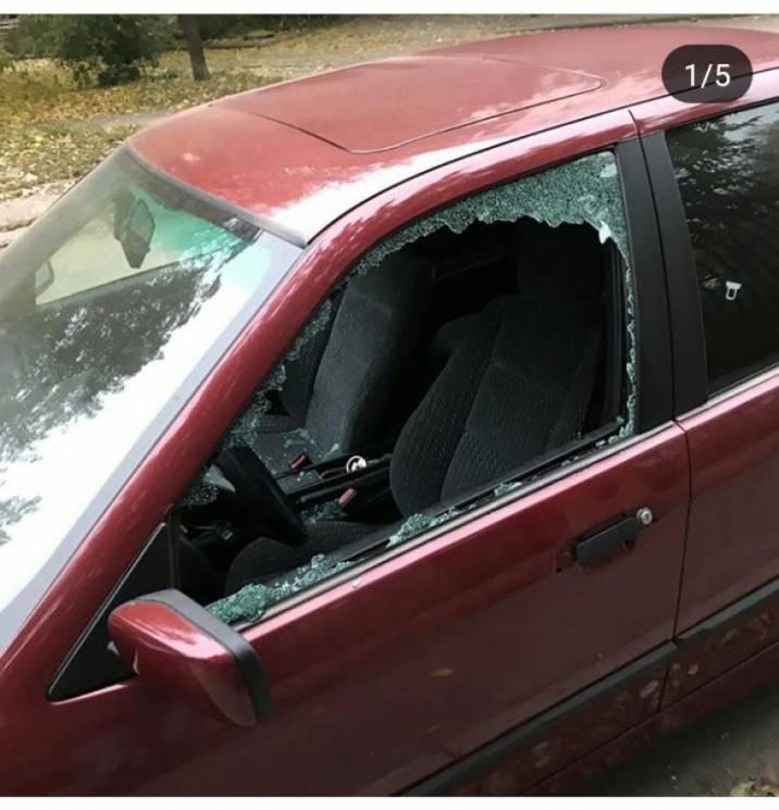 """У Кропивницькому вибили скло та """"обнесли"""" Nissan і BMW"""