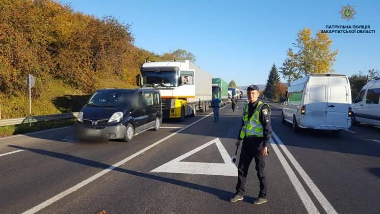У Нижніх Воротах мітингувальники зупинили автомобільний рух трасою (ФОТО)