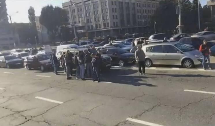 У центрі Запоріжжя влаштували протест проти цін на пальне (ВІДЕО)