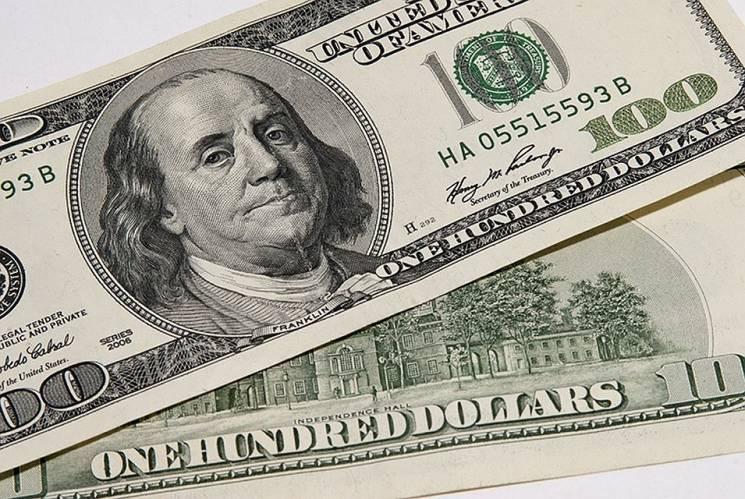 Столичні обмінники продовжують обвалювати долар