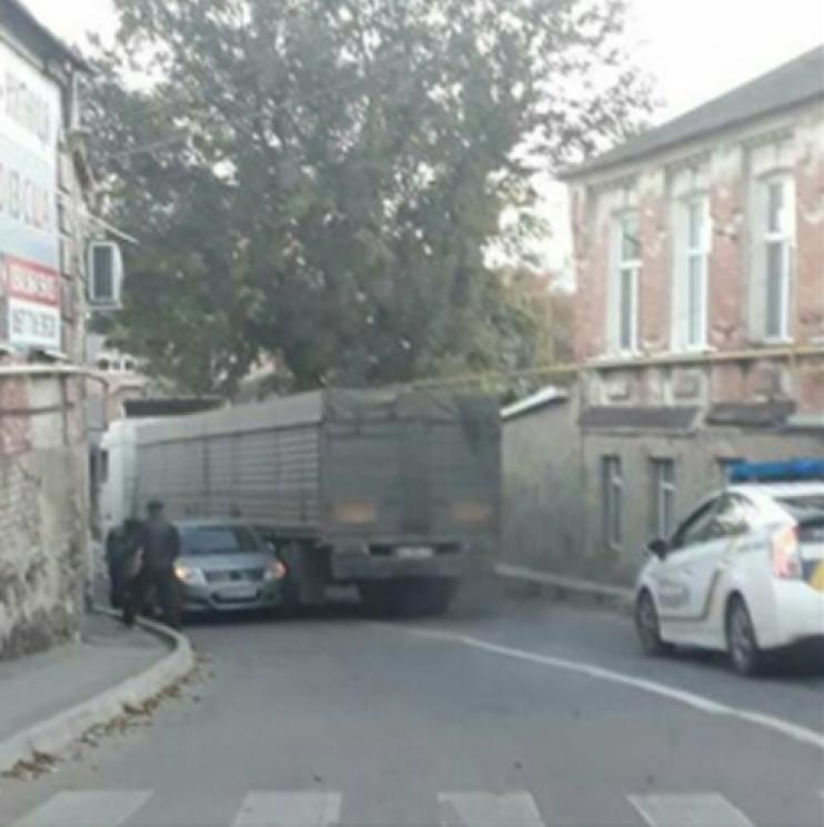 """Дорожній """"батл"""": У Кропивницькому вантажівка зіткнулася з легковиком"""