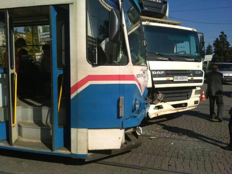 У Запоріжжі зіткнулися вантажівка і трамвай (ФОТО)