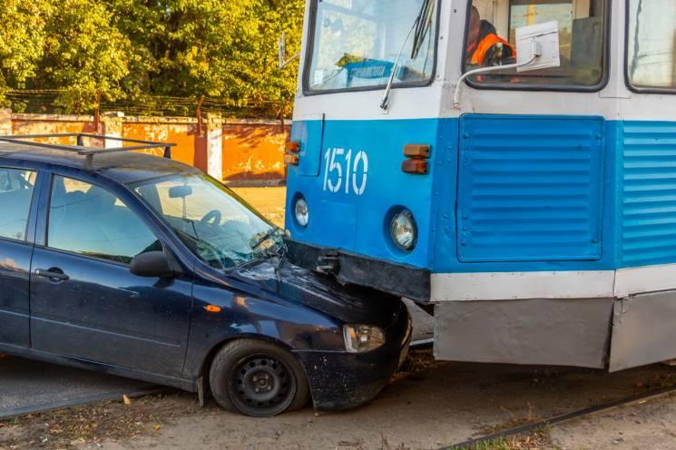 У Дніпрі трамвай протаранив легкову автівку (ФОТО)