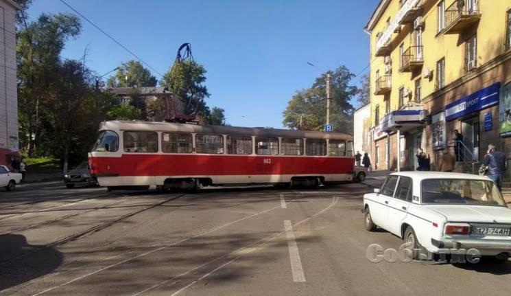 У Кам'янському трамвай зійшов з рейок, поїхав по дорозі й протаранив автівку (ВІДЕО)