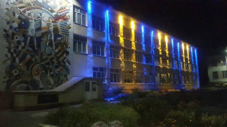 Сільську школу на Вінниччині підсвітили кольорами прапора (ФОТО)