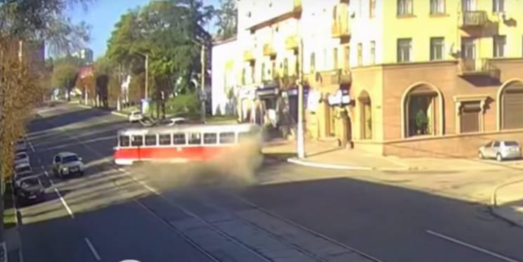 З'явилося відео моменту сходу трамвая з рейок у Кам'янському