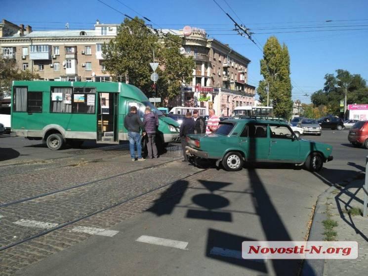 У Миколаєві маршрутка протаранила легковик (ФОТО)