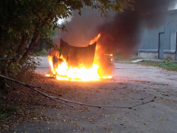 На Сумщині у Конотопі посеред вулиці спалахнув автомобіль (ФОТО, ВІДЕО)