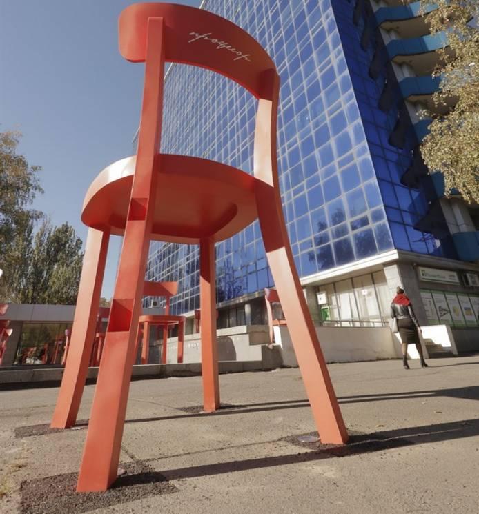 Стало відомо, що символізують велетенські стільці поряд із університетом Дніпра