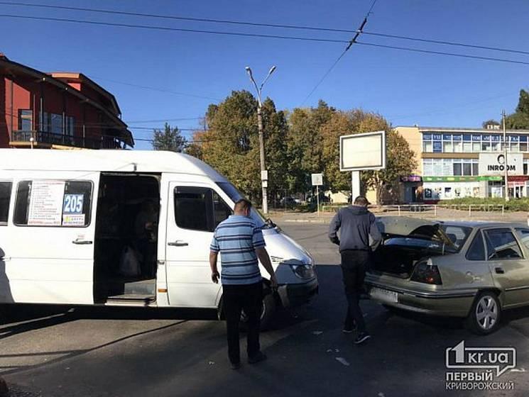 У Кривому Розі маршрутка знову потратила у ДТП: Троє постраждалих