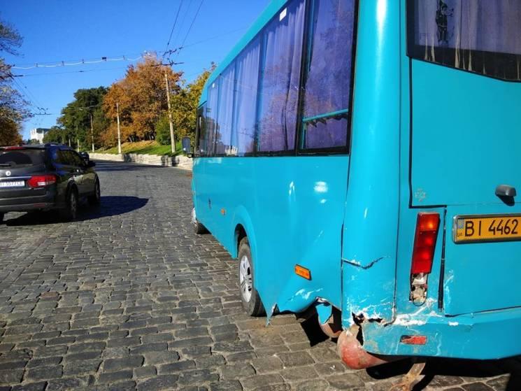 У Полтаві на вулиці Небесної Сотні не розминулись іномарка та маршрутка (ФОТО)