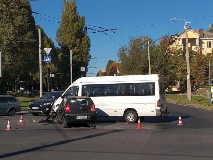 У Дніпрі маршрутка потрапила у ДТП: Постраждала дівчина-водій