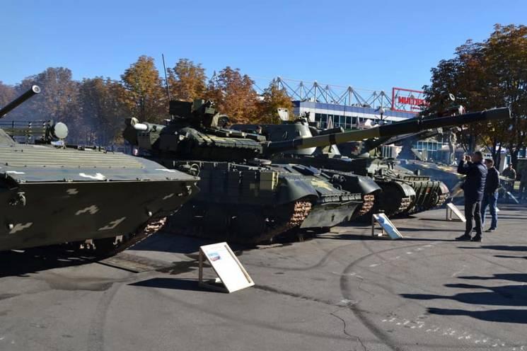 У центрі Кривого Рогу розмістили танки та гаубиці (ФОТО)