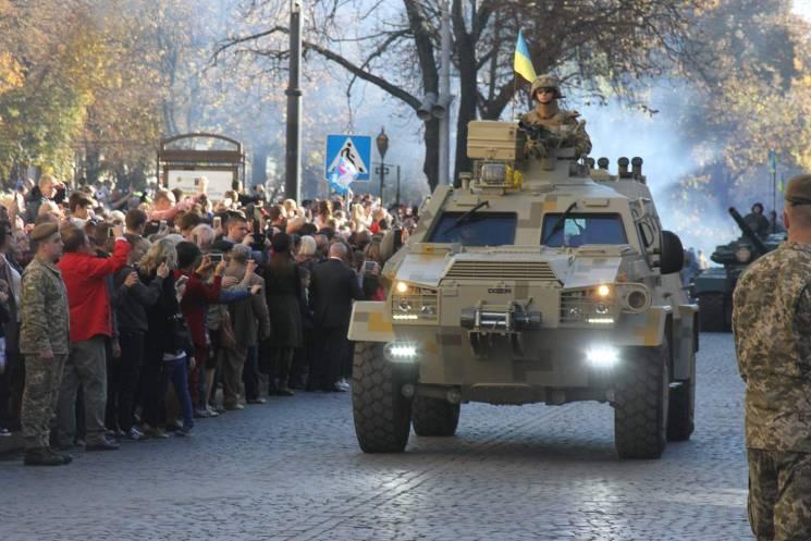 Як центром Львова марширували військові (ФОТОРЕПОРТАЖ)