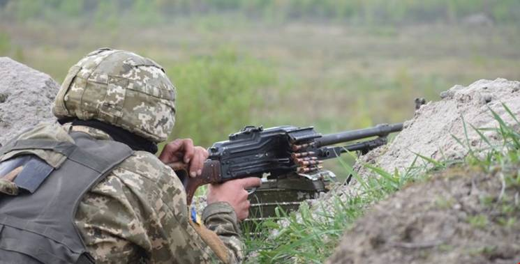 """Окупанти """"смалять"""" із забороненої зброї: Двоє поранених"""