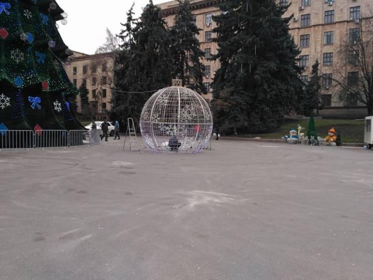 На центральній площі Дніпра змонтують близько 25 км новорічних гірлянд